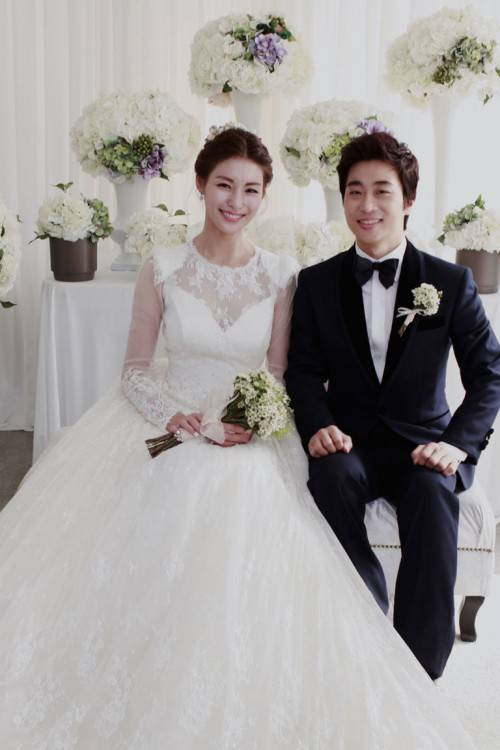 South Korean actress, Lee Bo Young (이보영) tied the knot with Ji Sung (지성) at  Seoul Walkerhill Hotel in Seoul, South Korea on September 27, 2013