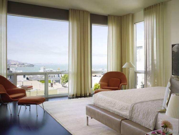Heritance with bay windows in bedroom