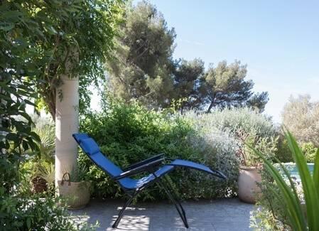 The teak garden furniture Tribe has a simple but elegant design