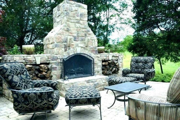 Outdoor living space at Villa Vista in Knoxville, Tennessee