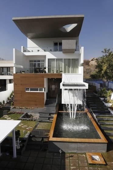 Pflanzer auf dem oberen Balkon und zusammen, zusammen, geben einen  Hauch von klassischen Anziehungskraft zu einem sonst völlig  zeitgenössischen Design